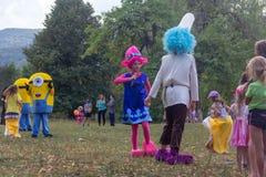 村庄和竞争的假日天有设计卡通者和儿童的游乐场的在秋天的公园 免版税图库摄影