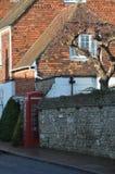 村庄和红色电话箱子在Winchelsea 免版税库存照片