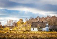 村庄在一个五颜六色的秋天草甸 免版税库存图片