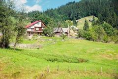 村庄在喀尔巴阡山脉,Apuseni地区,罗马尼亚 免版税库存照片