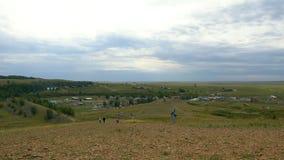 村庄在山和草在一个山区,小解决高地的 免版税库存照片