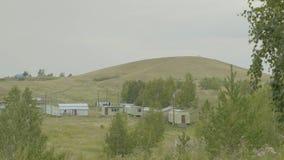 村庄在山和草在一个山区,小解决高地的 免版税库存图片