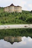村庄在春天湖被反射 狗窝树木园开花的谷 免版税库存图片