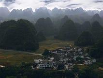 村庄在石灰岩地区常见的地形风景的谷 免版税库存图片