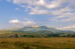 村庄在落矶山脉的背景中 库存图片
