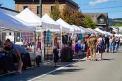 村庄在Dunsmuir大道的集市日在Cumberland~Vancouver海岛, BC,加拿大 免版税库存照片