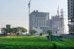 村庄小屋和城市摩天大楼 库存图片