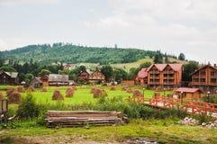 村庄房子在山区 免版税库存图片