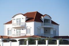 村庄房子的建筑和修理有阳台的,房檐,窗口,烟囱,屋顶,定象门面 外部修理  图库摄影