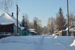 村庄斯诺伊街道冬天季节的 免版税库存照片