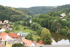 村庄有河的萨扎瓦捷克施滕贝格 免版税库存照片