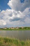 村庄湖美丽如画的岸城镇 免版税库存图片