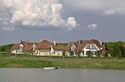 村庄湖美丽如画的岸城镇 库存图片