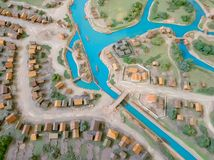 村庄特写镜头的布局 老镇和房子的河的布局 免版税图库摄影