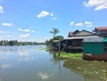 村庄生活方式美好的风景在江边泰国的 免版税库存照片