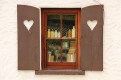 村庄用心脏装饰的窗口快门 爱尔兰 免版税库存图片