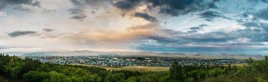 村庄的全景从山的在黄昏 库存照片