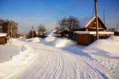 村庄的冬天风景 免版税库存图片