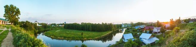 村庄的夏天全景由河的 免版税库存照片
