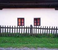 村庄的白色房子 免版税库存图片