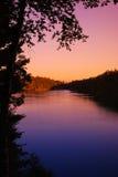 从村庄的美好的湖视图 免版税库存照片