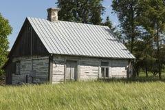 村庄的老,被放弃的,木房子 免版税库存照片