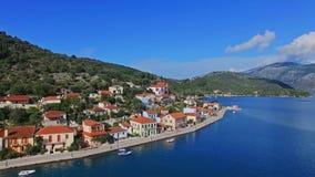村庄的鸟瞰图由海,山的在一个晴朗的夏日 股票视频