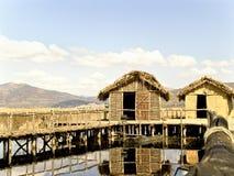 村庄盖的湖结算 免版税图库摄影