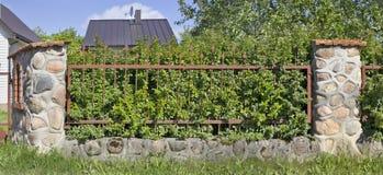 村庄篱芭的片段 做整个花岗岩石头和 免版税库存图片