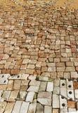 村庄路的帆布整洁地标示用一块残破的砖 库存照片