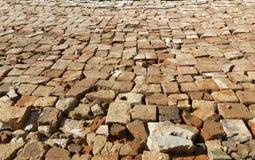 村庄路的帆布整洁地标示用一块残破的砖 免版税库存照片