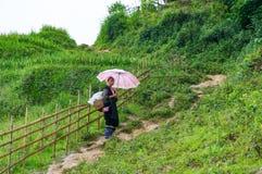 村庄道路的黑人Hmon小山部落妇女 免版税图库摄影