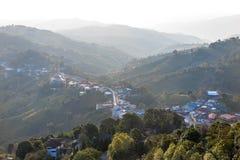村庄都市化在山和森林 库存图片