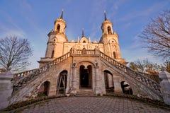 村庄Bykovo,俄罗斯- 2013年10月12日:弗拉基米尔象的教会母亲上帝著名纪念碑俄国哥特式 免版税库存图片