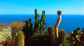 村庄Eze,一个植物园用仙人掌,地中海,法国海滨的美丽的景色 免版税图库摄影