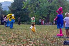 村庄Kamennomostsky的假日天有设计卡通者和儿童` s操场和竞争的在秋天的公园 库存照片