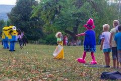村庄Kamennomostsky的假日天有设计卡通者和儿童` s操场和竞争的在秋天的公园 免版税库存图片