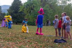 村庄Kamennomostsky的假日天有设计卡通者和儿童` s操场和竞争的在秋天的公园 免版税库存照片