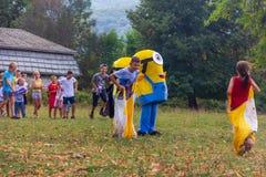 村庄Kamennomostsky的假日天有设计卡通者和儿童` s操场和竞争的在秋天的公园 图库摄影