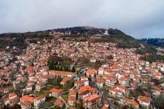 村庄Metsovo的鸟瞰图在伊庇鲁斯同盟,北希腊 免版税库存图片