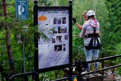 村庄Ruskeala,卡累利阿,俄罗斯, 2016年8月14日:山公园,吸引力跃迁到峡谷里 免版税图库摄影