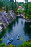 村庄Ruskeala, Sortavala,卡累利阿共和国,俄罗斯, 2016年8月14日:山公园,大理石峡谷 库存图片