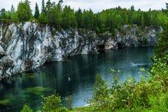 村庄Ruskeala, Sortavala,卡累利阿共和国,俄罗斯, 2016年8月14日:山公园 图库摄影