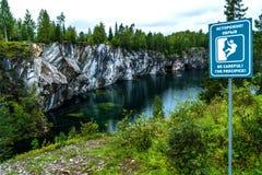 村庄Ruskeala, Sortavala,卡累利阿共和国,俄罗斯, 2016年8月14日:山公园 免版税库存照片