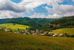 村庄Sulov - Hradna, BytÄ  a,斯洛伐克 图库摄影