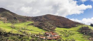 村庄Vejo全景在Picos de Europa 免版税库存照片