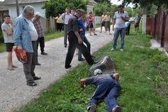 村民捉住了Shmankivchyky Chupacabra_7 免版税库存图片