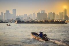 村民生活方式使用横跨晁Phraya的一条小船 免版税库存照片