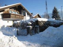 村镇,雪盖的街道 免版税库存图片