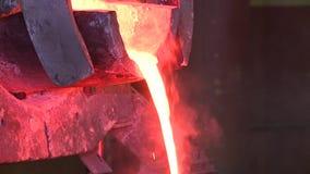 从杓子倾吐的熔融金属 股票视频